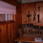                   Cowboy Lodge - es haengt ein Pferdezaumzeug an der Wand - Wohnzimmer