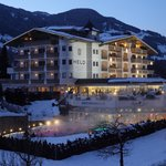  Hotel - Auenansicht im Winter - im Hintergrund die Zillertaler Berge