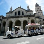                   Le petit train devant la cathdrale Saint-Front