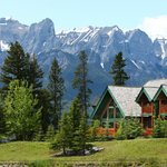 A Bear & Bison Inn surrounded by mountains