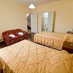 Twin bed room with private bathroom,  cable TV and hot water 24 hours.