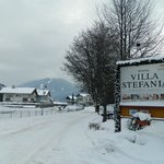                    Insegna dell&#39;hotel innevata