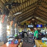 The Hut Bar and Grill Foto