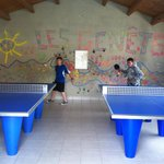  3 ping-pong tables / la salle de ping-pong avec 3 tables