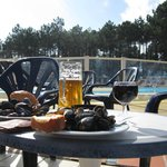 Moules 'n beer poolside