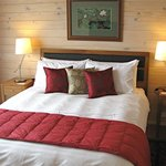  Bay View&#39;s queen size bed with quality cotton linen