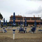                    Vista Hotel dalla spiaggia - le vetrate al primo piano sono del ristorante vis