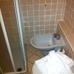                    Bidet incastrato tra WC e doccia e quindi inaccessibile utilizzo