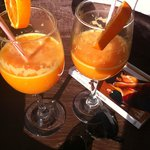                    Jus d&#39;orange press servi sur le toit terrasse du Riad