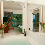 Jacuzzi tub in 1 Bedroom Suite