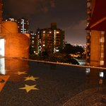                    Vista nocturna de la piscina