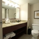  Embassy Suites Cincinnati RiverCenter Guestroom Bathroom