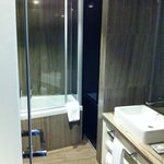Suite 601 large bathroom but -too- minimal lightning