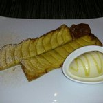 apple pie with vanilla ice cream with Corsica honey