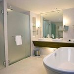  King Executive Suite, Bathroom
