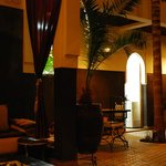  Patio interior de noche