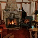  Flagstaff Cottage&#39;s living room at night.