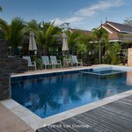  Vue on swimming pool and garden