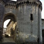  Cognac, la puerta junto al castillo de Francois I, frente a la Charente