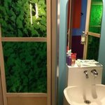  lavandino e porta del bagno stile foresta