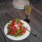  Beautiful salad with strawberries from the grill packs.