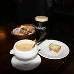  Lunch im Pub mit Seafood-Chowder und Guinness