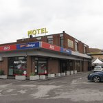  Hotel ber Restaurant neben Tankstelle und Autovermietung