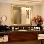  Crowne Plaza Atlanta Perimeter at Ravinia Hotel Guest Bathroom