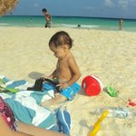  Mi beb jugando el la playa