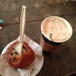 latte de Costa Rica y Blueberry muffin