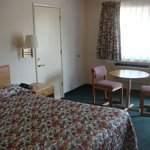  Economy Inn Slymar Room