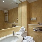  Guest Bathroom available with shower or tub