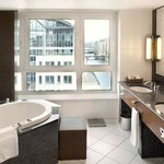 SHR Hamburg Rooms Deluxe Suite bathroom