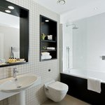 Fraser Suites Queens Gate Luxurious bathroom