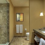  Deluxe Guestroom Bathroom