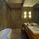 Deluxe Superior Suite Bathroom