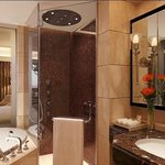  Kempinski Ambience Hotel Delhi Guest Bathroom