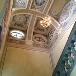  soffitto della scalinata che porta al ristorante