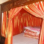 Sumptuous four-poster king bed with comfy quilts!