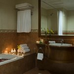  Deluxe Room Bathroom with amenities