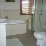 Queen suite ensuite bathroom