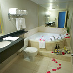  Quality Inn Airport West Jacuzzi Suite Web