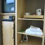  Shelving, fridge/facilities