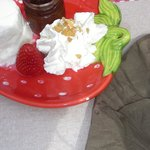  Faisselle avec confiture de fraise et chantilly