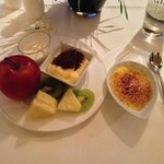  frutta, tiramis, crema catalana, panna cotta