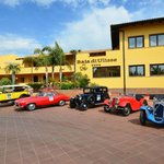 auto storiche all&#39;ingresso dell&#39;Hotel
