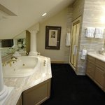  Spa tub and bathroom