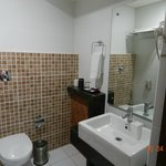  well maintained bathroom