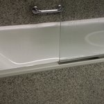 Glass shield movable .. not secured..do not push. Slippery bath tub.