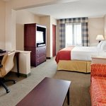  Holiday Inn Express &amp; Suites Bradley Airport King Bed